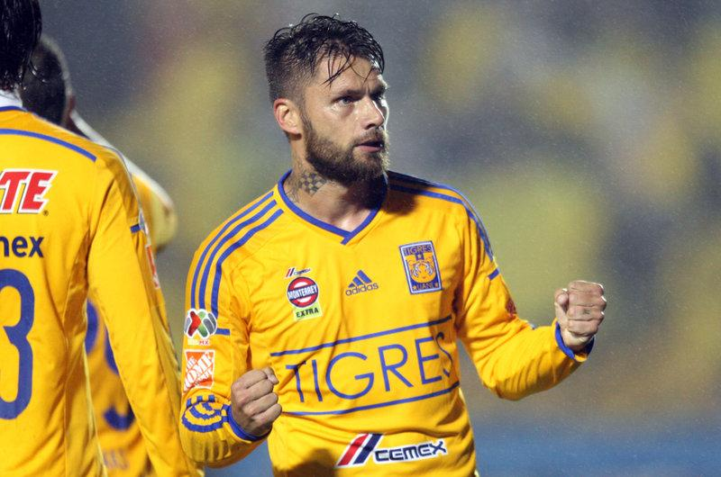 Rafael Sobis anota el primer gol de Tigres contra el Emelec en los cuartos de final de la Copa Libertadores