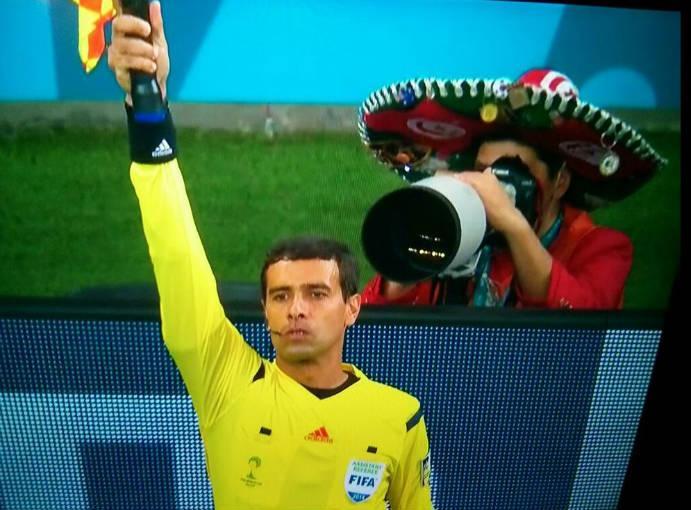 Un fotógrafo con sombrero de charro fue captado en el partido entre Alemania y Argelia