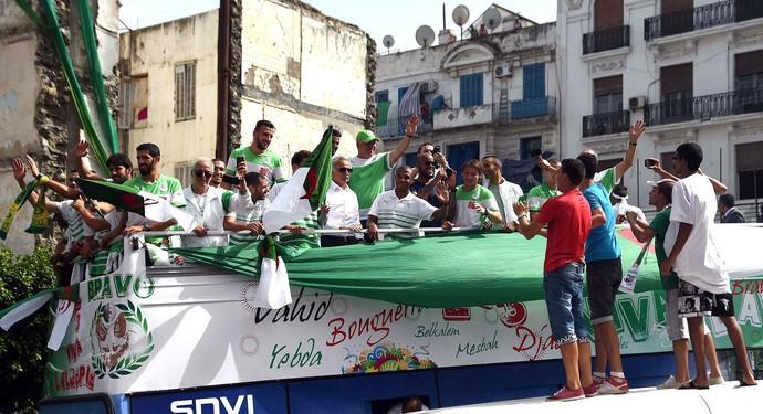 A los argelinos los reciben como héroes