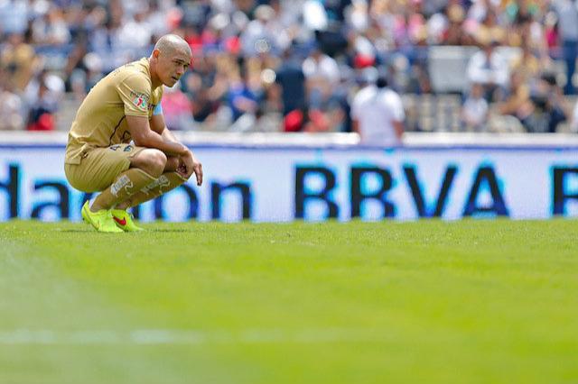 Darío Verón durante el partido de Pumas vs Atlas