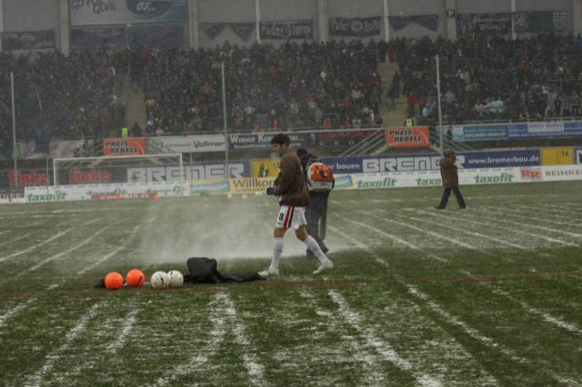 La nieve complica todo en la Benteler Arena