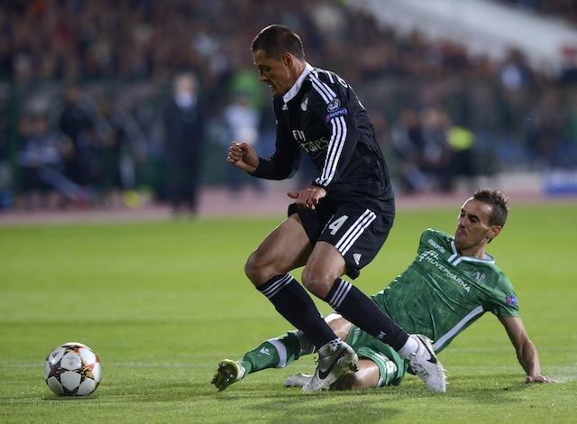 Javier Hernández enfrenta a un defensa del Ludogarets.