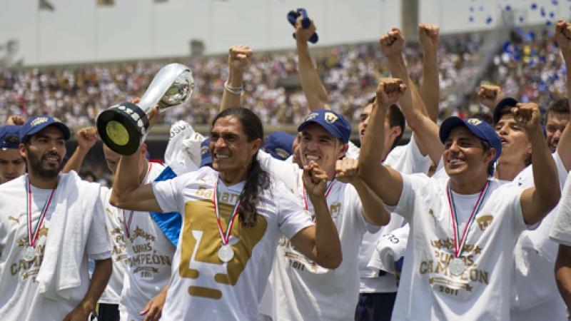 Francisco Palencia levantando el trofeo de campeón con Pumas