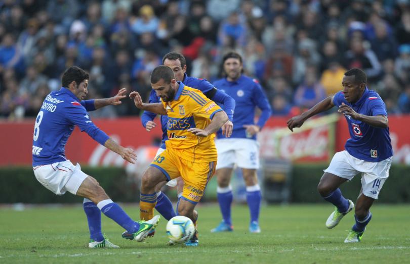 Emanuel Villa burla la marca de Israel Castro y es seguido por Gerardo Torrado y Amaranto Peréa.