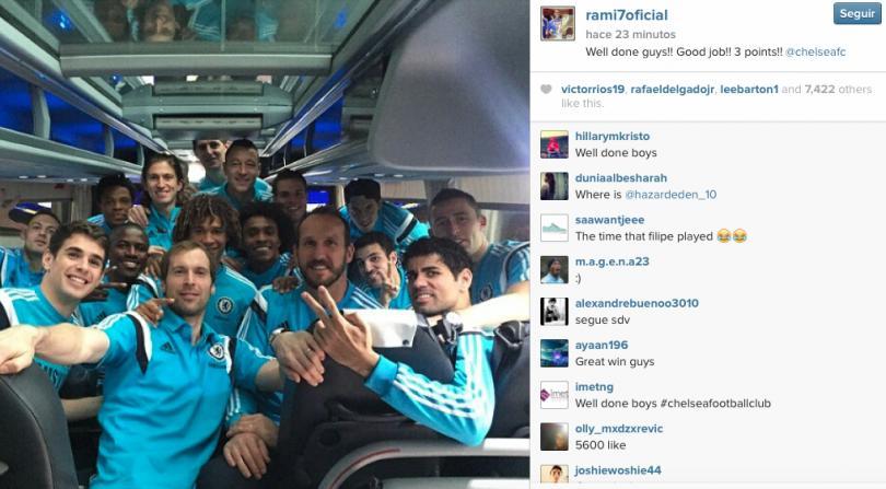 Los jugadores del chelsea contentos por el triunfo en Anfield ante el Liverpool