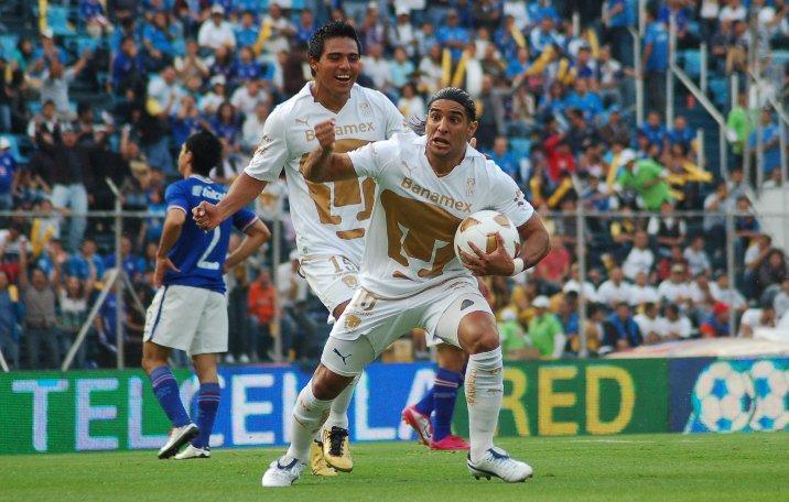 Martín Bravo celebrando un gol en el Estadio Azul