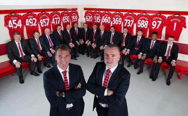 Figuras como Steven Gerrard o Carrgher posaron junto a leyendas del Liverpool como Callaghan