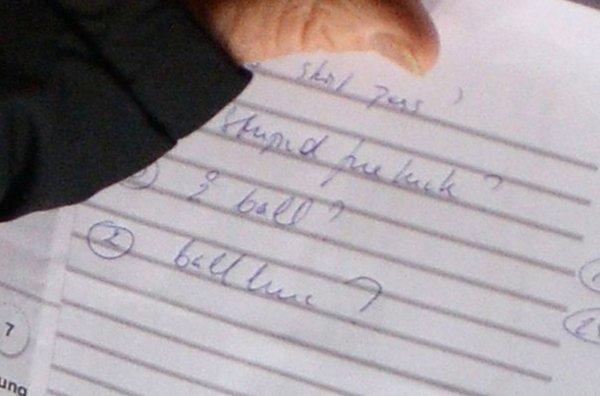 La libreta de Van Gaal fue fotografiada por un periodista inglés en el encuentro ante el Stoke City