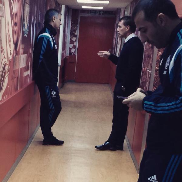 José Mourinho y Brendan Rodgers platican minutos antes del encuentro entre Liverpool y Chelsea.