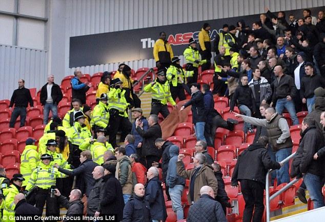Hinchas del Millwall se enfrentan con la policía