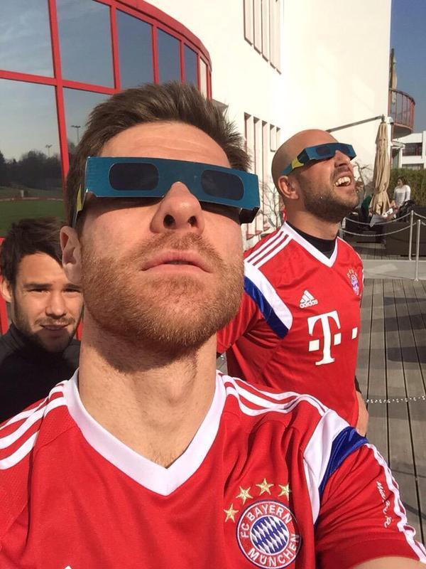 Xavi Alonso y Pepe Reina disfrutan del eclipse solar en Europa
