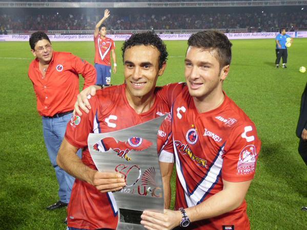 Leobardo López feliz con el trofeo de los 80 años de la UAG