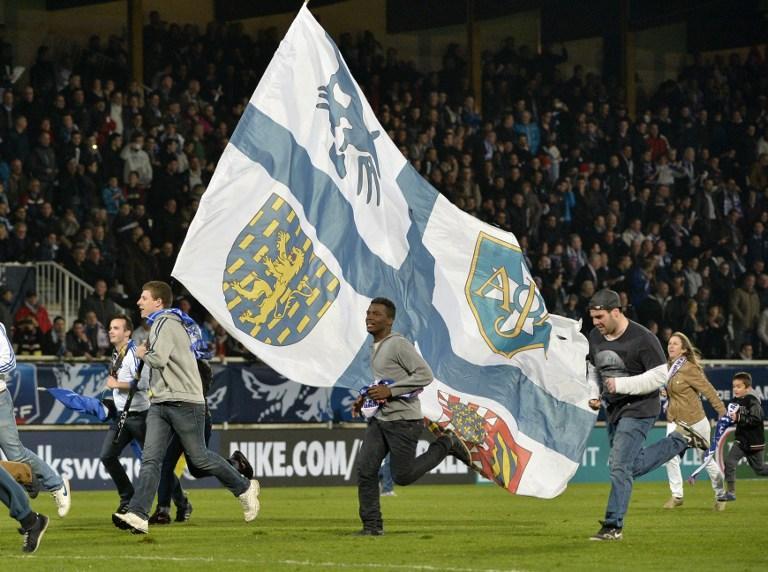 Aficionados del Auxerre invadieron el campo pensando que el partido había terminado ante Guingamp, sin embargo tuvieron que regresar a las gradas