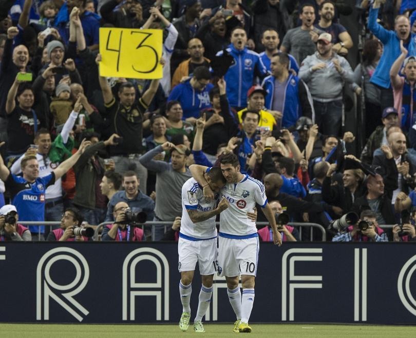 Cartulina con el número 43 en la tribuna tras el gol del Impact Montreal