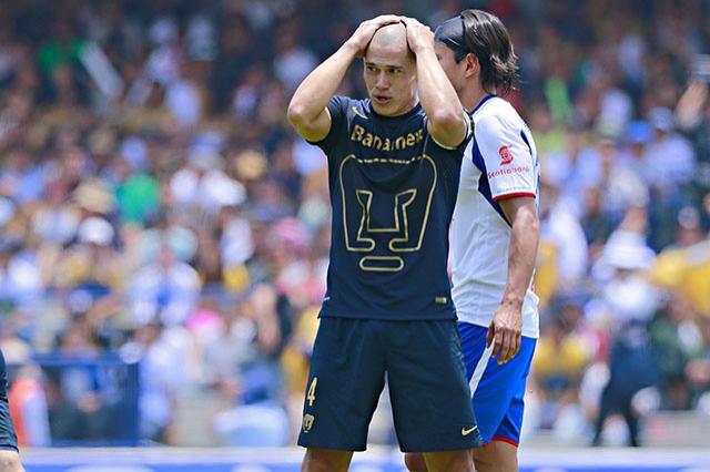 Darío Verón se lamenta durante el juego Universidad vs. Cruz Azul