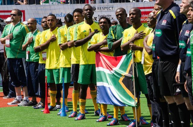 La selección de Sudáfrica durante un partido de futbol.