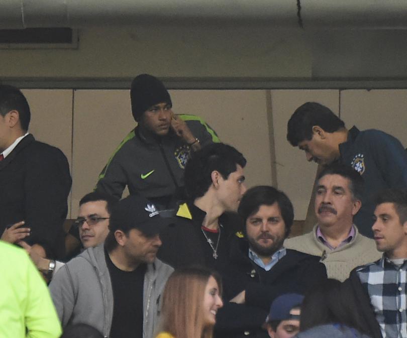 Neymar desde un palco del estadio apoya a sus compañeros ante Venezuela