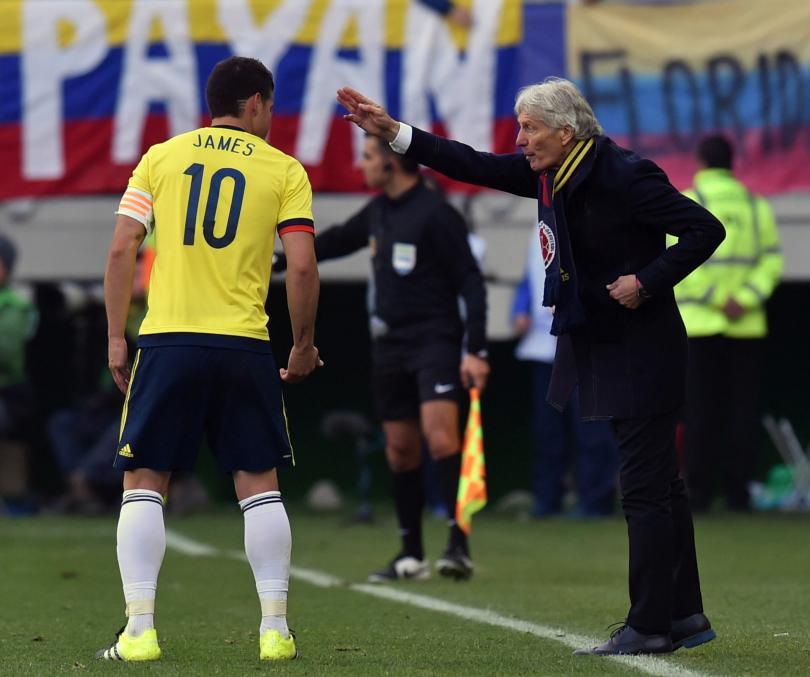Pekerman plática con James Rodríguez durante el encuentro frente a Perú