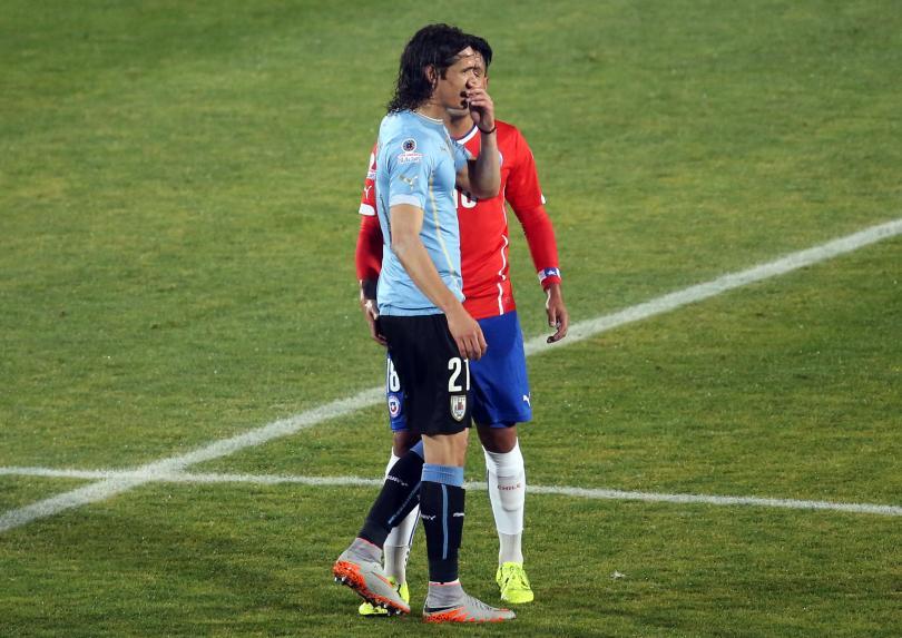 Gonzalo Jara provoca a Edinson Cavani durante el juego de Cuartos de Final de Copa América