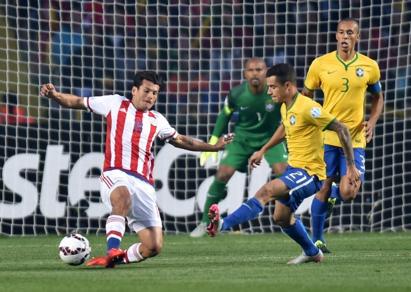 Nelson Haedo Valdez disputa un balón en el Brasil contra Paraguay