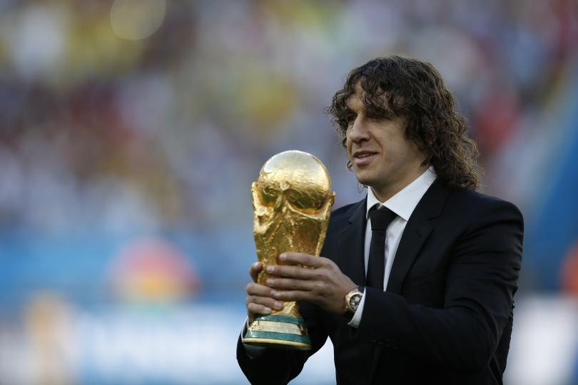 Carles Puyo entrega la Copa del Mundo para ser disputada por una nueva selección