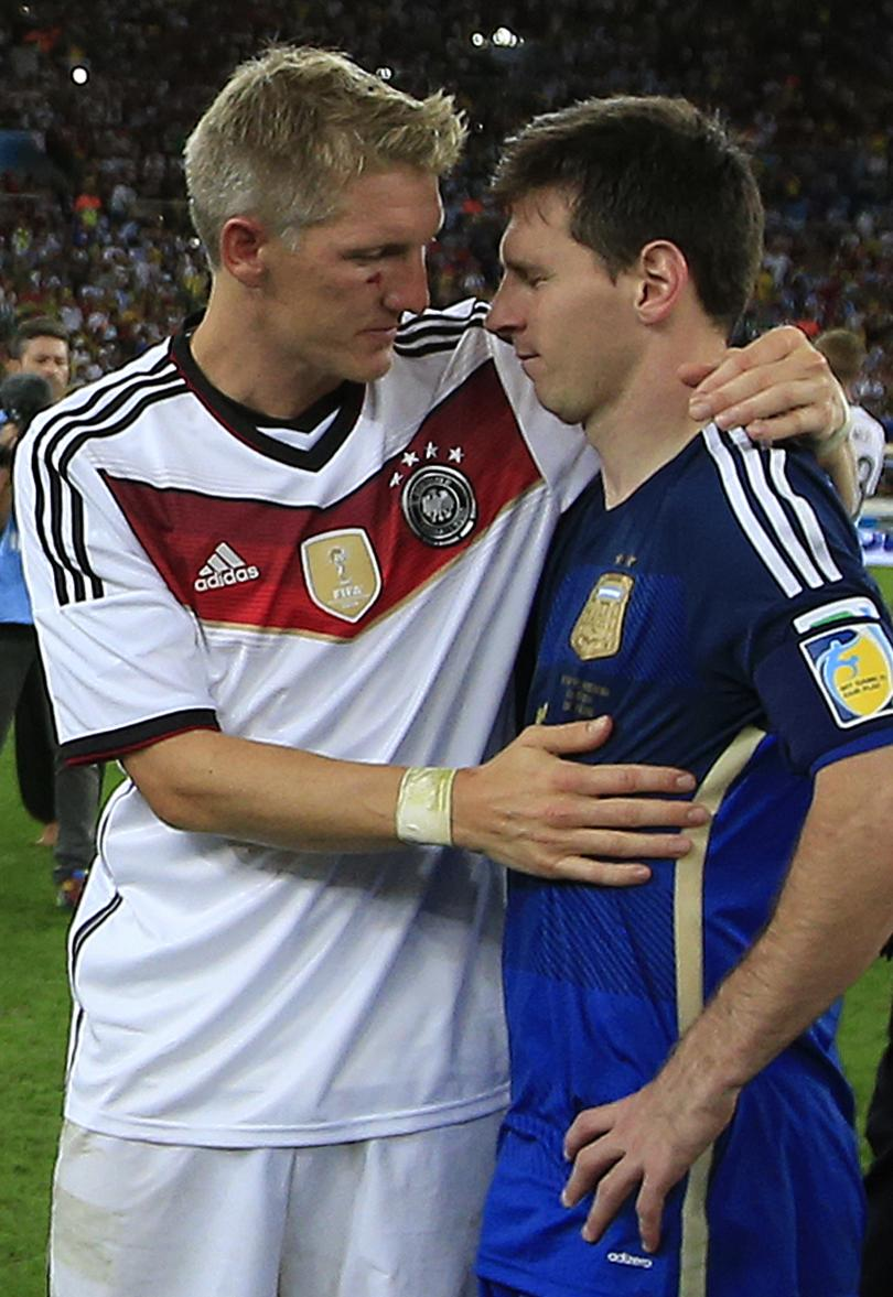 Bastian Schweinsteiger consuela a Lionel Messi tras la derrota en la final del Mundial Brasil 2014
