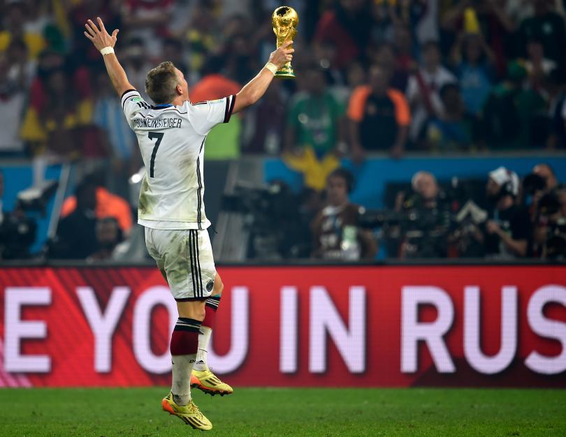 Bastian Schweinsteiger celebra el título con la afición