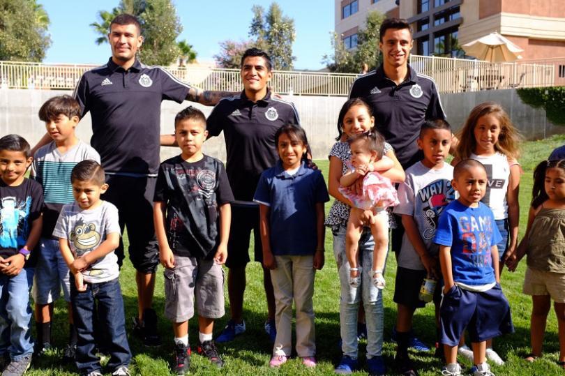 Jugadores de Chivas visitan a niños en hospital de Estados Unidos