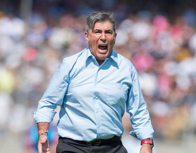 Carlos Reinoso molesto con el arbitraje en el estadio Universitario