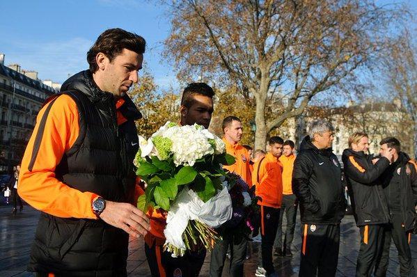 Los jugadores del Shakthar rinden homenaje a las víctimas de París