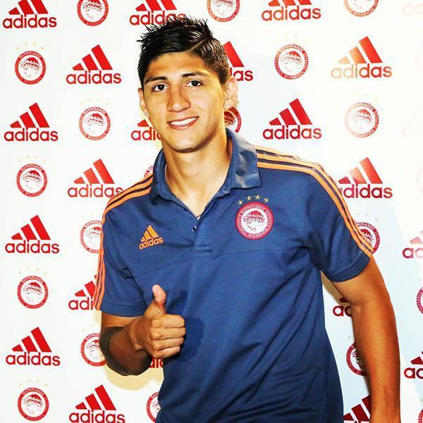 Alan Pulido a su llegada al club griego