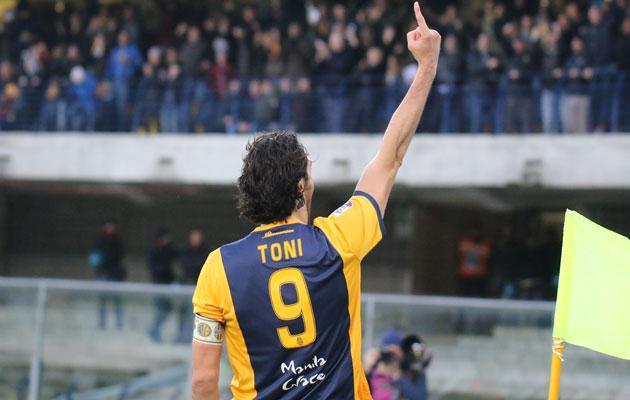 Luca Toni celebra un tanto con el Hellas Verona