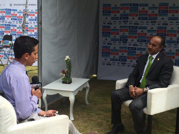 Potro Gutiérrez en atención a los medios