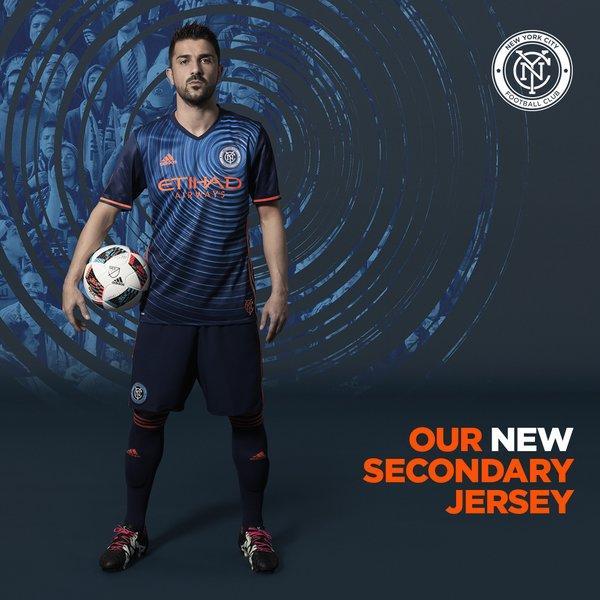 David Villa posa con la nueva equipación visitante del NYCFC