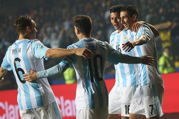 El técnico de bolivia confesó que analiza poner marca personal a Messi