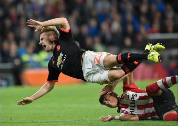 Luke Shaw al recibir la entrada de Héctor Moreno que le ocasionó fractura de tibia y peroné