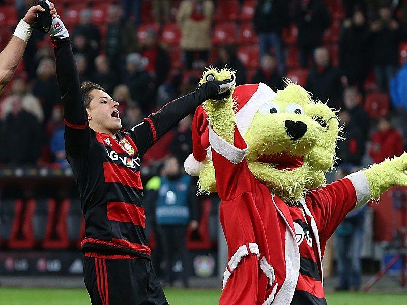 Chicharito y la mascota del Bayer Leverkusen