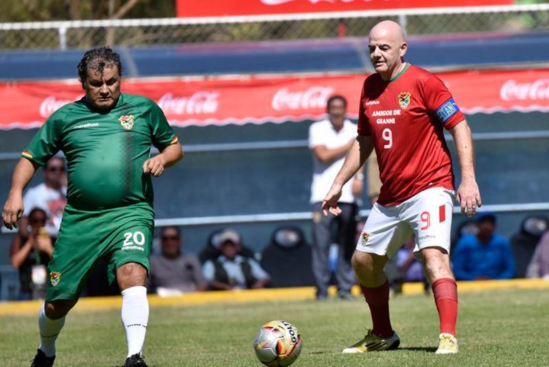 El presidente de la FIFA, Gianni Infantino disputando el encuentro en Cochabamba