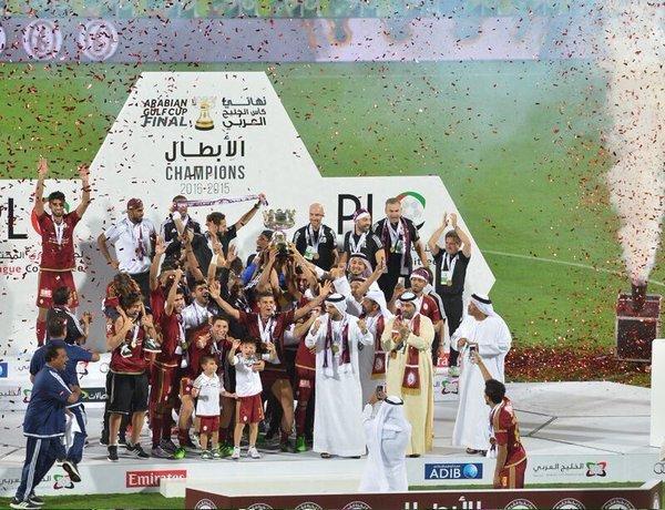 """Javier el """"Vasco"""" Aguirre, consiguió su primer título con el Al-Wahda de los Emiratos Árabes Unidos. Sus dirigidos derrotaron al Al Shabab por un gol a cero en la Gulf Cup."""