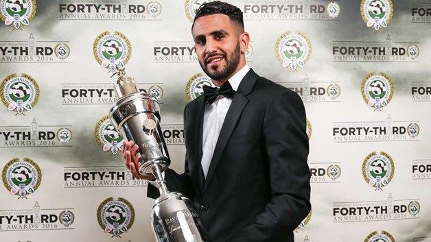 Riyad Mahrez con el premio al mejor jugador de la Premier League