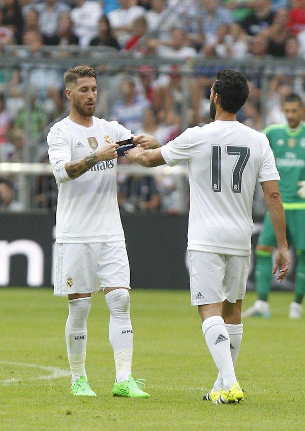 Así fue la despedida de Arbeloa en el Bernabéu. Ramos le dio el gafete de capitán.