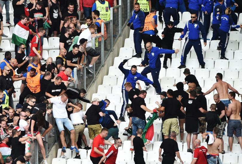 Peleas entre la afición de Islandia y Hungría