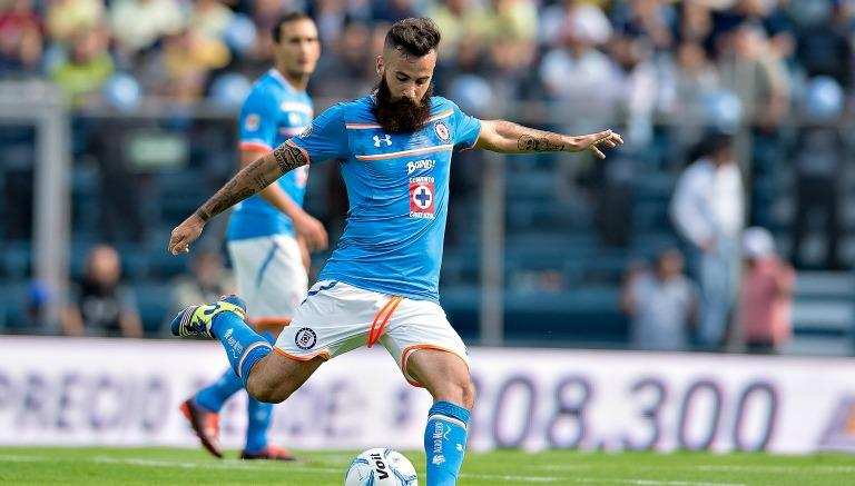 El jugador de 28 años defendió al Cruz Azul ante comparaciones negativas.