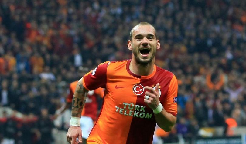 Wesley Sneijder regaló una medalla a un aficionado
