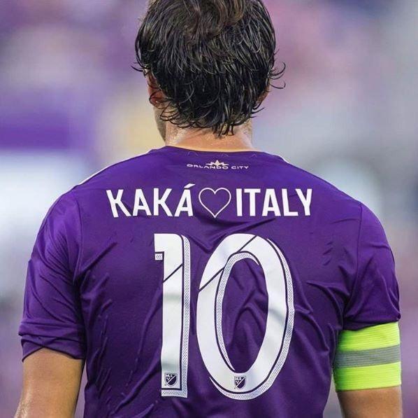 Kaká usando una playera en tributo a la víctimas del terremoto en Italia.