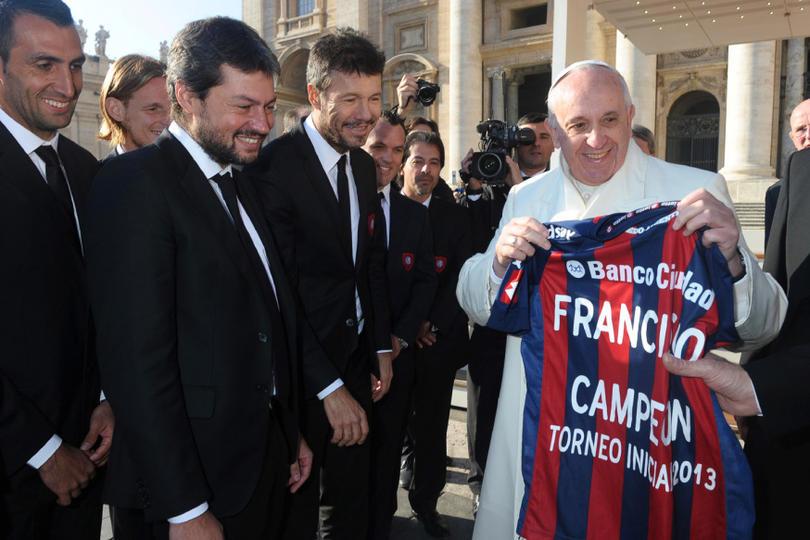 El Papa Francisco recibió a los equipos que jugarán un partido benéfico en pro de las víctimas del terremoto en Italia.