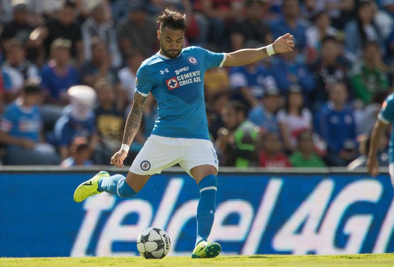 Julián Velázquez, defensa de Cruz Azul, jugará su primer partido contra el América y aprovechó para recordar que nunca ha perdido ningún clásico como local.