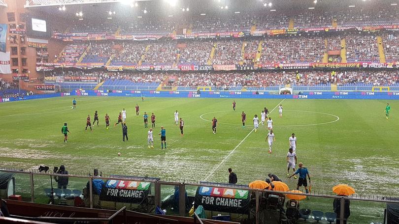 El partido de Genoa frente a la Fiorentina de Carlos Salcedo, ha sido suspendido por diluvio. En principio, el árbitro y los capitanes llegaron a un acuerdo de que sea por 30 minutos y valorar la posible reanudación.