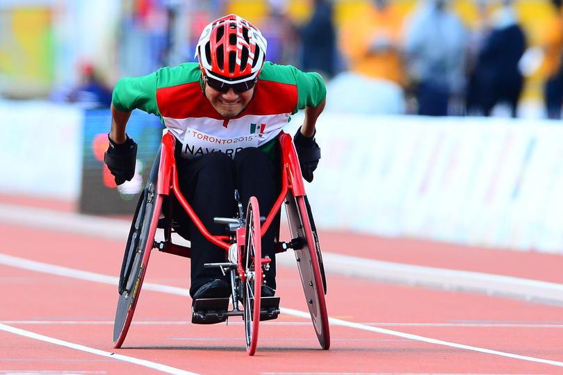 Atleta paralimpico gana medalla de bronce.
