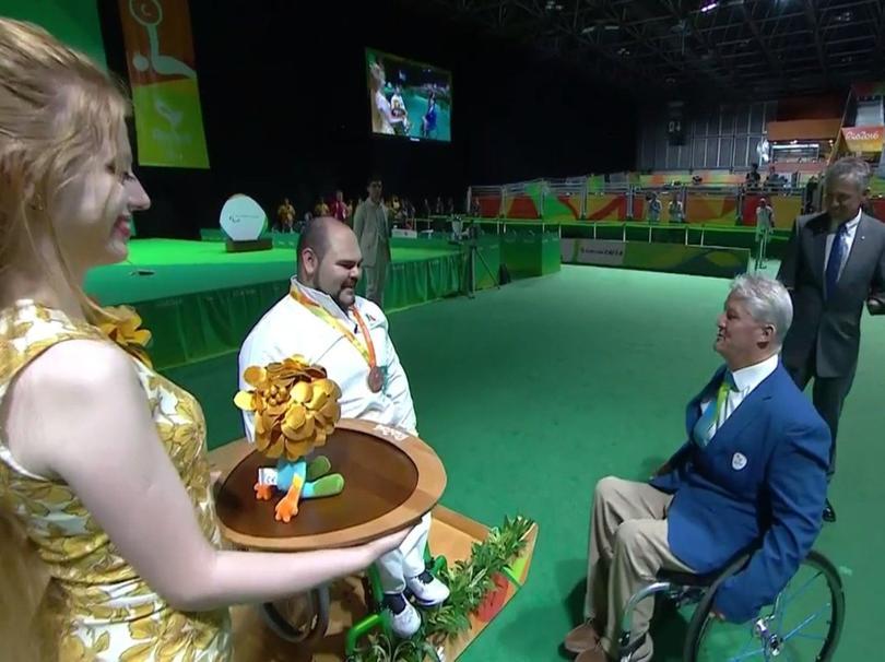 Castillo recibiendo su medalla de bronce